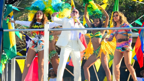 12fev2014-as-cantoras-jennifer-lopez-e-claudia-leitte-e-o-rapper-pitbull-gravaram-em-miami-o-clipe-da-musica-we-are-one-tema-da-copa-do-mundo-2014-o-trio-dancou-em-cima